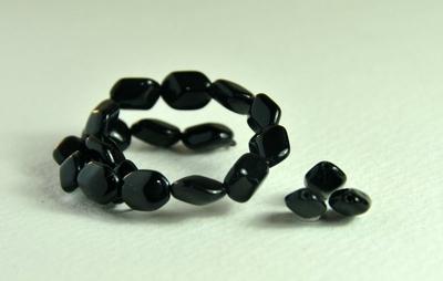 5020161  25 X Glaskraal zwart 9x6mm